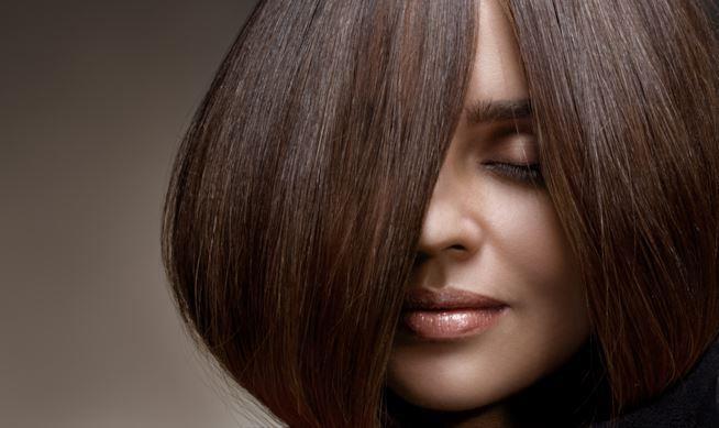 Donna con capelli castani lisci
