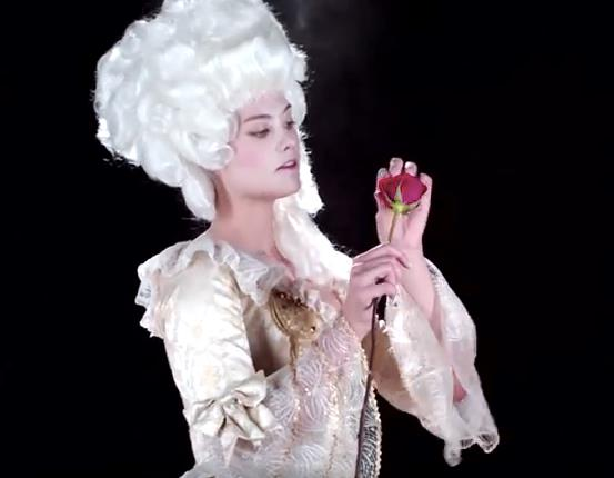 Belle in versione storica con parrucca e costume settecentesco