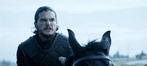Jon Snow a cavallo combattivo