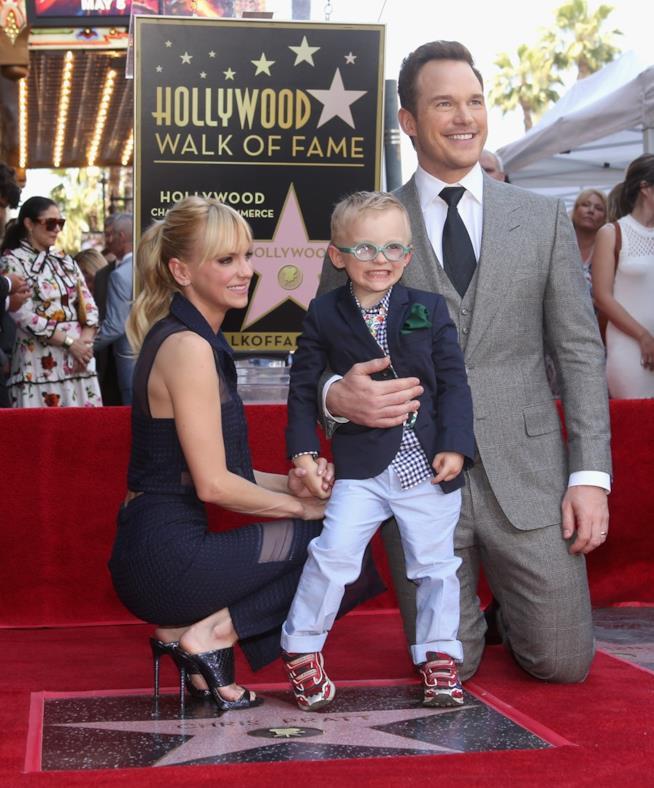 Anna Faris e Chris Pratt con il piccolo Jack sulla Walk of Fame