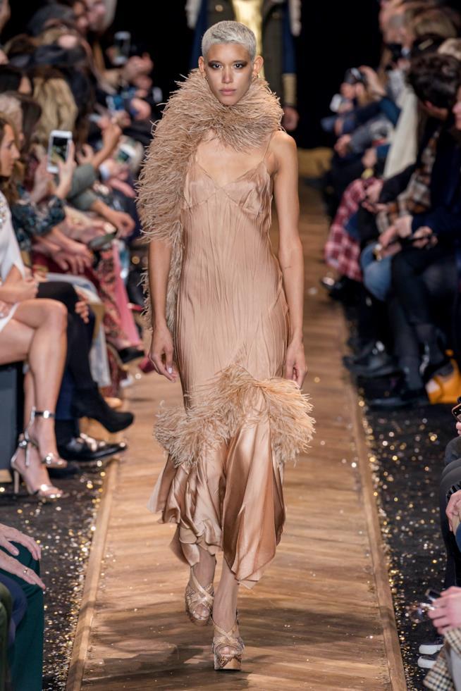Abito da sera nude con inserti e sciarpa di piume NY Fashion Week 19 20