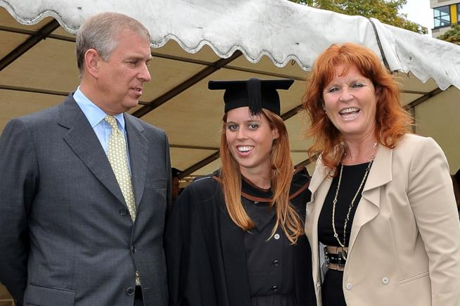 Sarah Ferguson e il Principe Andrew con una delle due figlie