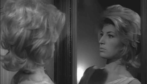Monica Vitti allo specchio