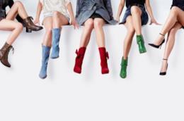 Gruppo di ragazze con indosso stivali colorati