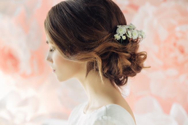 Sposa con acconciatura semi raccolta e fiori