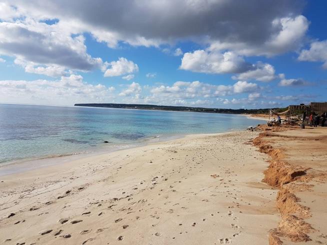 La spiaggia di fronte al Kiosko 62 a Platja Migjorn a Formentera