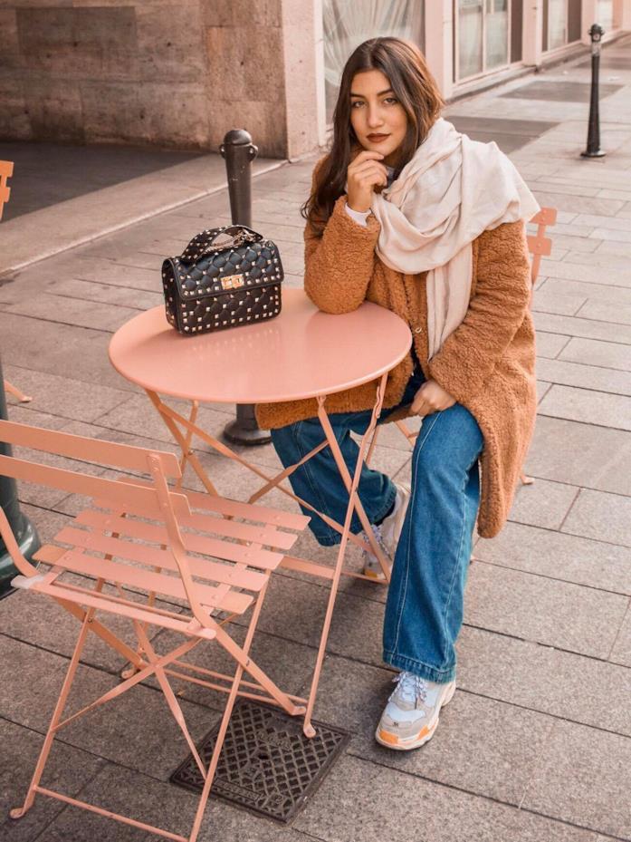 Arianna Cavina seduta a un tavolo in outfit casual