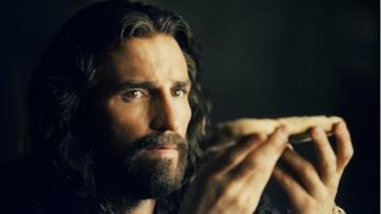 Jim Caviezel interpreta Dio nel film La Passione di Mel Gibson