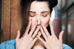 Ragazza con unghie lunghe bordeaux