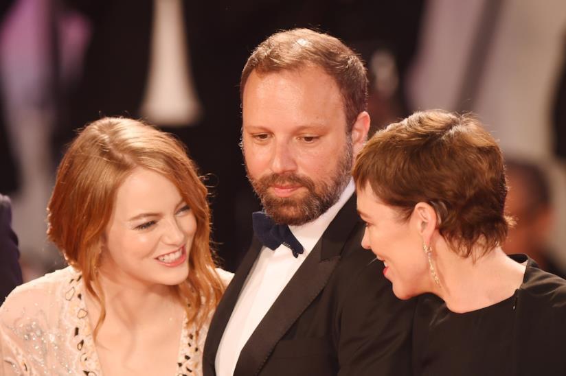 Yorgos Lanthimos sul red carpet con Emma Stone e Olivia Colman