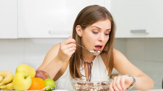 Donna che mangia di fretta