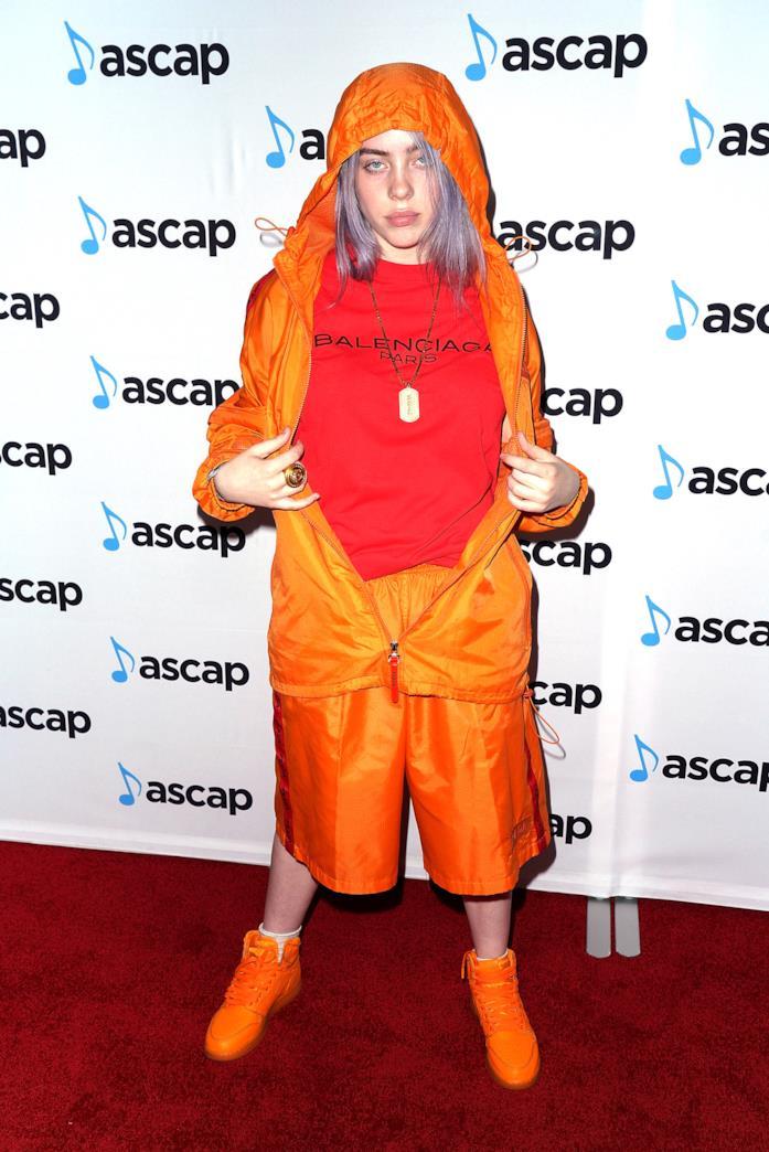 Billie Eilish outfit arancio con t-shirt Balenciaga