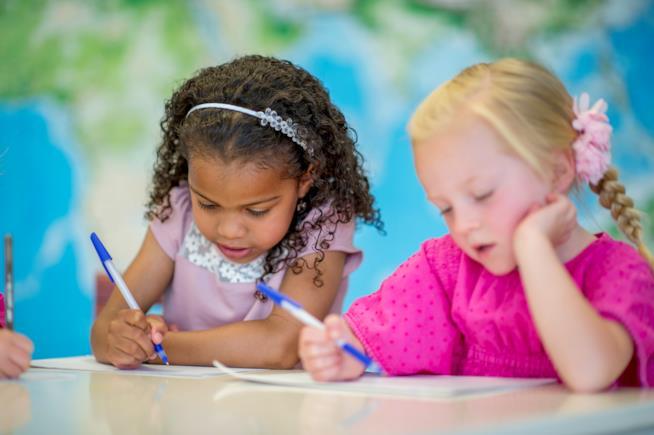 Bambine che scrivono