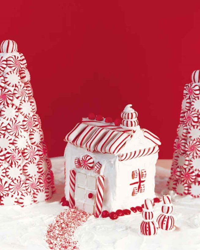 Casetta con cartone e caramelle di menta piperita in primo piano con i vari particolari