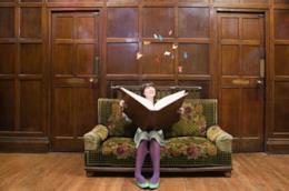 Ragazza legge un grande libro