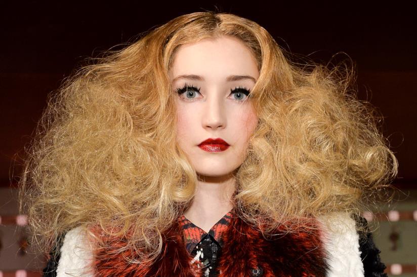 Modella capelli ricci e rossicci