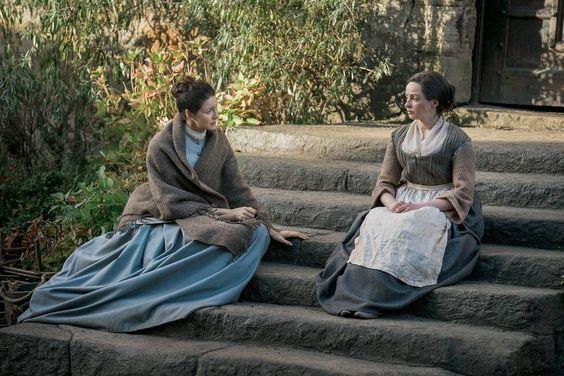 Claire e Jenny parlano sulle scale di Lallybroch