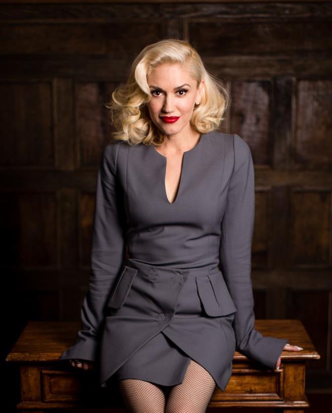 Gwen Stefani seduta sulla scrivania