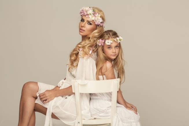 Ragazza e donna vestite di bianco con coroncina