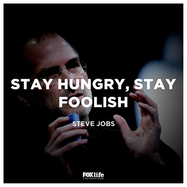 """Il celebre motto di Steve Jobs: """"stay hungry, stay foolish"""" in italiano """"restate affamati, restate folli"""""""