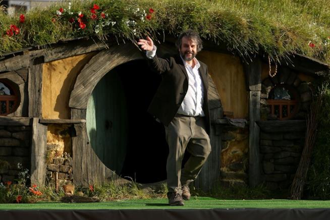 Peter Jackson di fronte alla casa di Bilbo