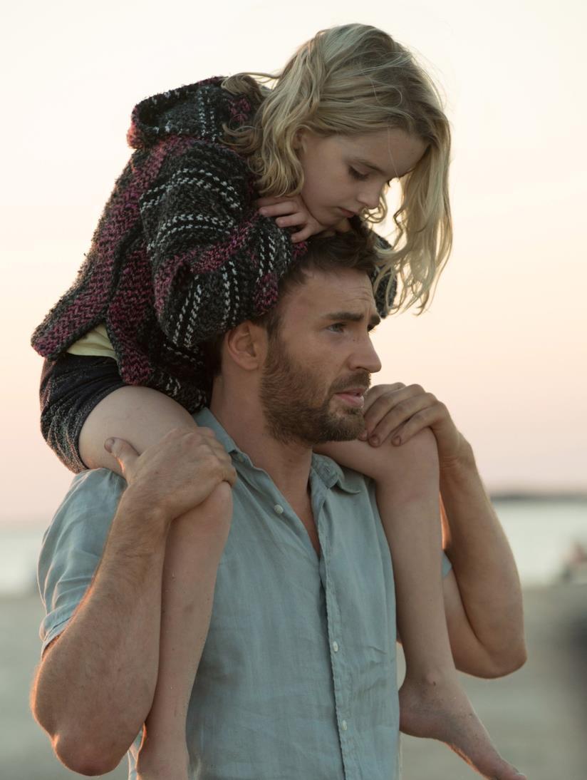 Chris Evans prende sulle spalle la figlioletta adottiva in una scena di Gfited