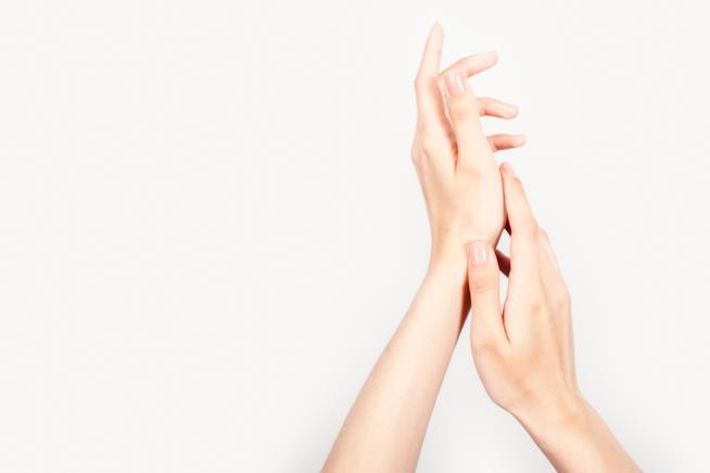 Mani curate con unghie lunghe