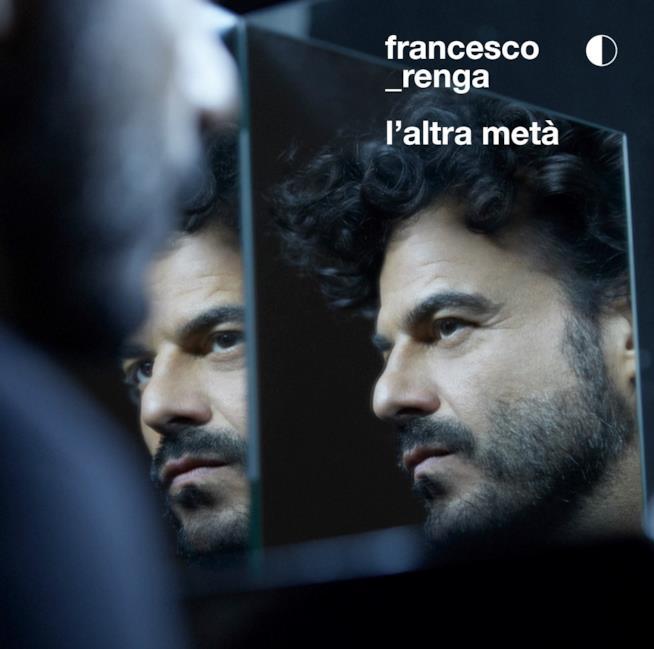 Doppio primo piano di Francesco Renga allo specchio