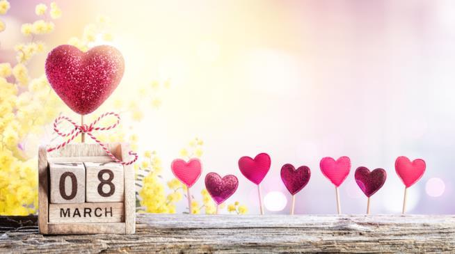Calendario in legno con la scritta 8 marzo