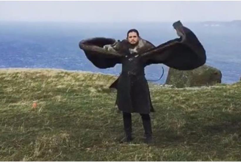Kit Harington agita il mantello come un drago
