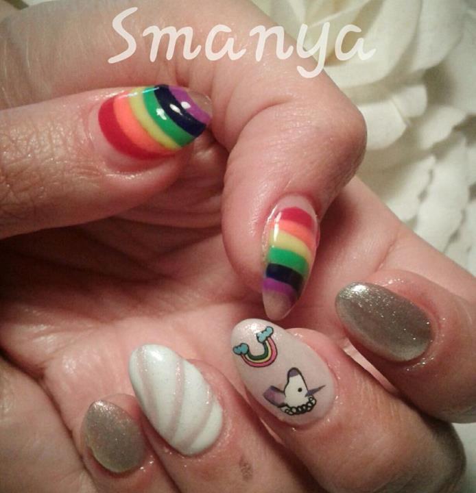 Nail art con decorazioni ispirata agli unicorni