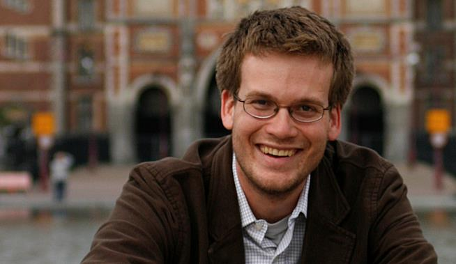 John Green in posa sorridente