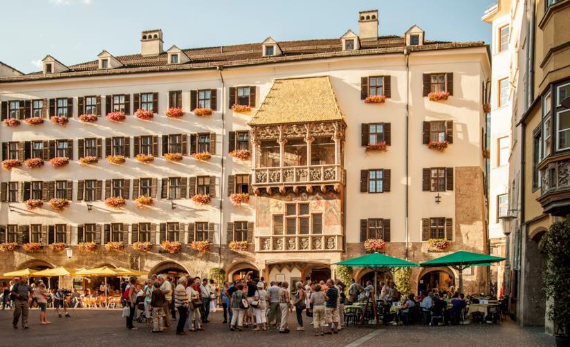 Turisti osservano il Tettuccio d'Oro, nel cuore di Innsbruck