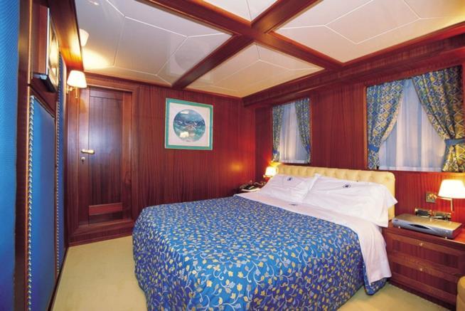 Camera da letto dello yacht Mistral ormeggiato ad Arbatax.