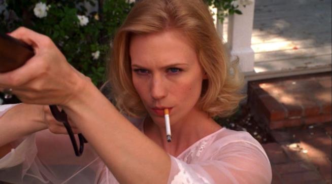 Betty Draper mentre fuma e spara