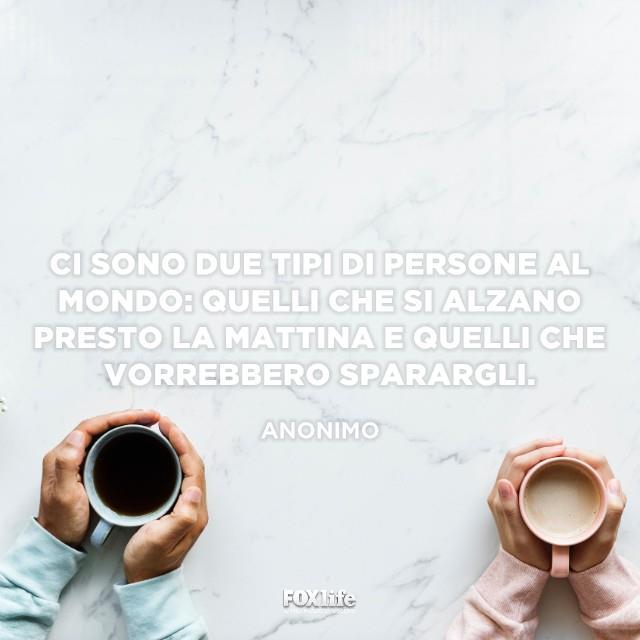 Mani di uomo e donna con tazza di caffè e cappuccino