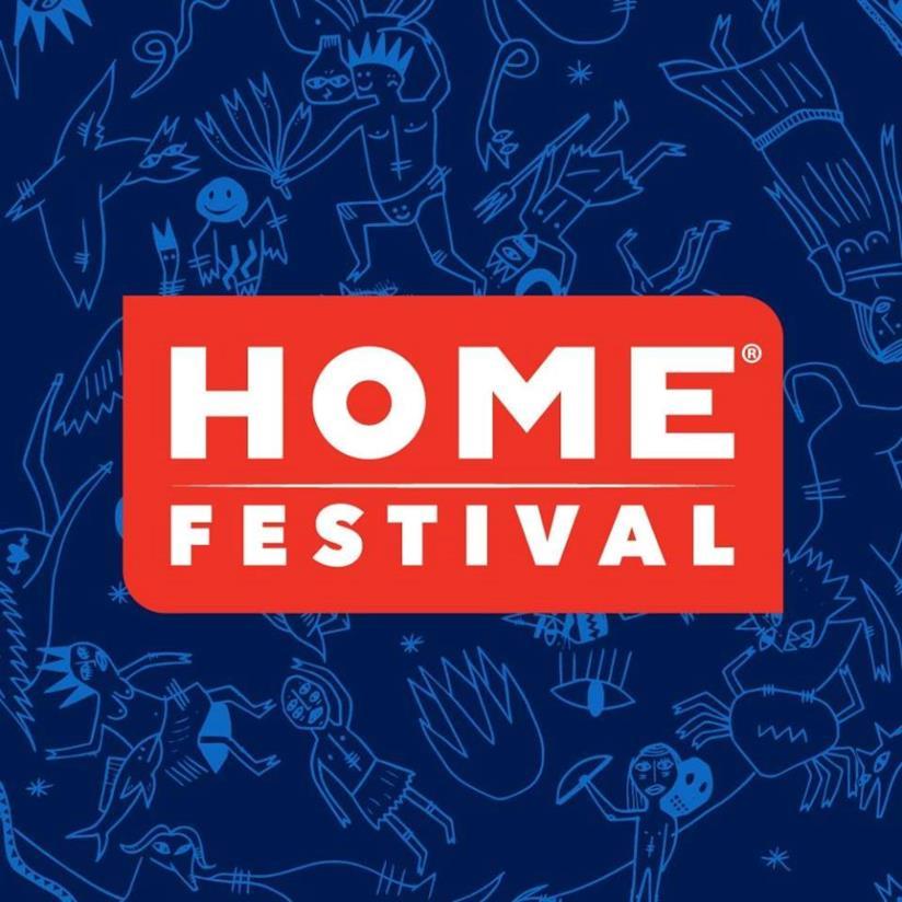 La scritta Home Festival su sfondo blu