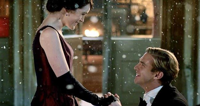 Matthew in ginocchio chiede a Mary di sposarlo