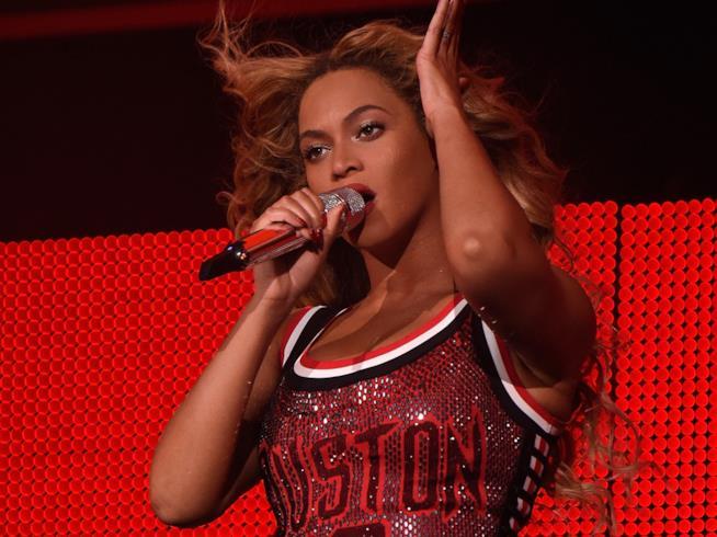 Beyoncé con canotta degli Houston Rockets