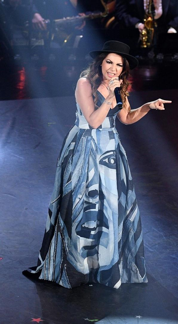 Cristina D'Avena con un long dress