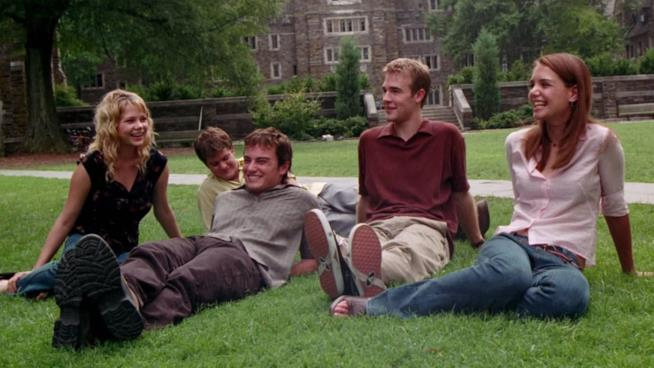 Jenny, Pacey, Jack, Dawson e Joey sull'erba a ridere