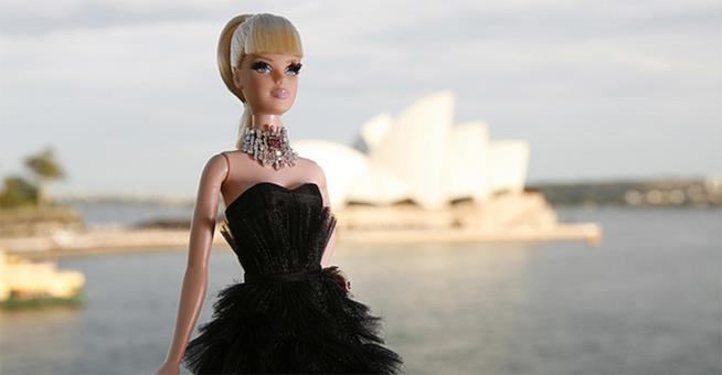 Barbie Stefano Canturi sullo sfondo del mare