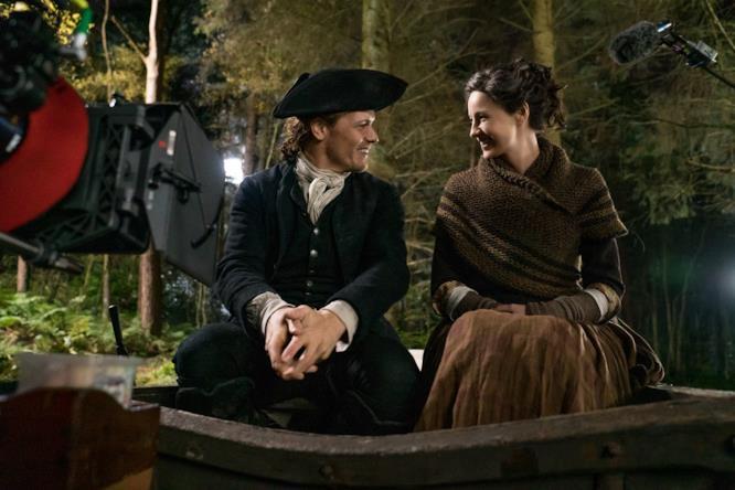 Claire e Jamie sorridono da dietro le quinte