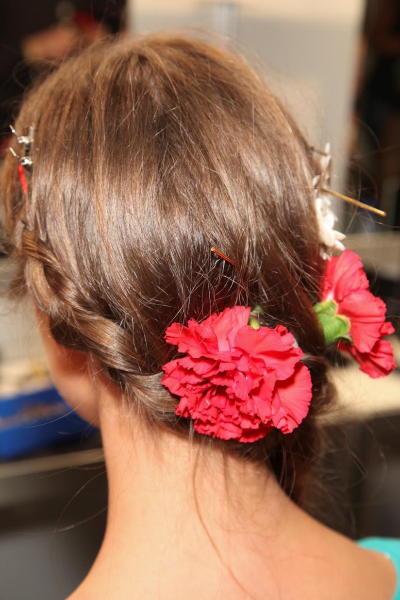 Hairstyle raccolto sposa con fiori