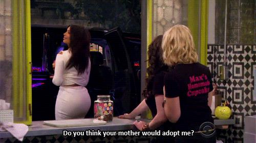 Kim Kardashian in un cameo della serie TV 2 Broke Girls
