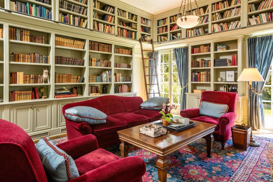 Una grande biblioteca della nuova casa di Angelina Jolie