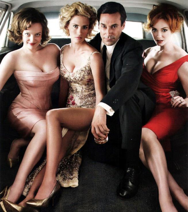 Don Draper con Betty, Peggy e Joan su un'auto