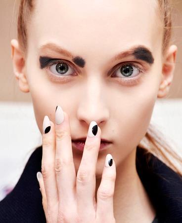 Nail art bicolore bianca e nera