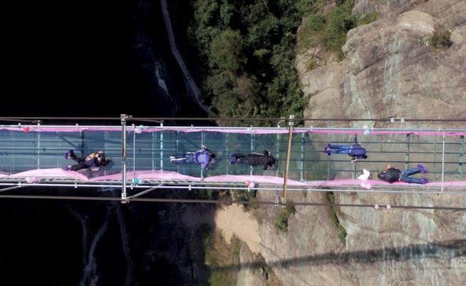 Il ponte di vetro di Zhangjiajiesta, Cina