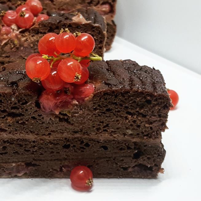 Dolce al cacao con frutti rossi